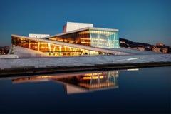 Όπερα του Όσλο από το πεζοδρόμιο Στοκ Εικόνες