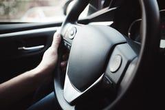 Όπλα ατόμων που κρατούν το πηδάλιο στο αυτοκίνητο Στοκ εικόνα με δικαίωμα ελεύθερης χρήσης