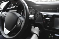 Όπλα ατόμων που κρατούν το πηδάλιο στο αυτοκίνητο Στοκ φωτογραφία με δικαίωμα ελεύθερης χρήσης