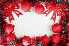 όπως η ανασκόπηση είναι μπορεί θέμα απεικόνισης Χριστουγέννων χρησιμοποιούμενο Κόκκινες λαμπρές σφαίρες Χριστουγέννων Στοκ Φωτογραφίες