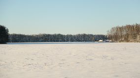 όπως η ανασκόπηση είναι μπορεί χρησιμοποιημένος θέμα χειμώνας απεικόνισης Τομέας και δάσος στο χιόνι στον ηλιόλουστο καιρό και το Στοκ φωτογραφία με δικαίωμα ελεύθερης χρήσης