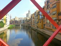 Όπως μια εικόνα Girona Σπίτια του ποταμού χρώματα Όμορφος Εκκλησία απεικονισμένος Στοκ Φωτογραφία