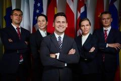 όπλα γύρω από το γάιδαρο δημοκρατών κάθε χιούμορ ελεφάντων άλλα πολιτικοί δημοκρατικοί ώμοι που χαμογελούν την ομάδα Στοκ εικόνες με δικαίωμα ελεύθερης χρήσης