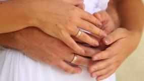 Όπλα νεόνυμφων και νυφών με τα γαμήλια δαχτυλίδια φιλμ μικρού μήκους