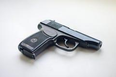 όπλα Το πιστόλι Makarov ζωή ανασκόπησης ακόμα άσπρη Στοκ Φωτογραφία