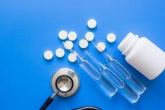 Όργανα γιατρών ` s και meds στο ιατρικό σύνολο στο μπλε υπόβαθρο Στοκ φωτογραφία με δικαίωμα ελεύθερης χρήσης
