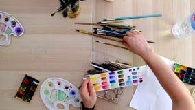 Όργανα για τη ζωγραφική που βρίσκεται σε έναν πίνακα απόθεμα βίντεο