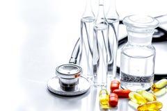 Όργανα και χάπια γιατρών ` s στο ιατρικό σύνολο στο άσπρο backgroun Στοκ Φωτογραφίες