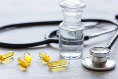 Όργανα και χάπια γιατρών ` s στο ιατρικό σύνολο στο άσπρο υπόβαθρο Στοκ εικόνα με δικαίωμα ελεύθερης χρήσης