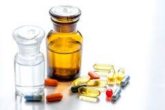 Όργανα και χάπια γιατρών ` s στο ιατρικό σύνολο στο άσπρο υπόβαθρο Στοκ φωτογραφία με δικαίωμα ελεύθερης χρήσης