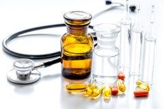 Όργανα και χάπια γιατρών ` s στο ιατρικό σύνολο στο άσπρο υπόβαθρο Στοκ φωτογραφίες με δικαίωμα ελεύθερης χρήσης