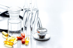 Όργανα και χάπια γιατρών ` s στο ιατρικό σύνολο στο άσπρο υπόβαθρο Στοκ Εικόνες