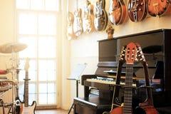όργανα μουσικά Ηλεκτρικές κιθάρες, πιάνο, τύμπανα Στοκ φωτογραφία με δικαίωμα ελεύθερης χρήσης