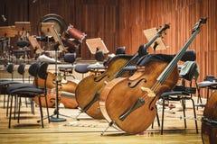 Όργανα μουσικής βιολοντσέλων σε μια σκηνή στοκ φωτογραφία με δικαίωμα ελεύθερης χρήσης