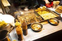 Όργανα που βράζουν με το κεφτές στην πικάντικη και γλυκιά καφετιά σάλτσα και το αμυδρό ποσό των τροφίμων οδών του Χονγκ Κονγκ στοκ φωτογραφία με δικαίωμα ελεύθερης χρήσης
