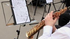 Όργανο αέρα παιχνιδιού μουσικών ατόμων στη δημοτική ορχήστρα που αποδίδει στη συναυλία υπαίθρια φιλμ μικρού μήκους