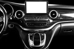 Όργανο ελέγχου στο αυτοκίνητο με την απομονωμένη κενή χρήση οθόνης για τους χάρτες ναυσιπλοΐας και το ΠΣΤ Απομονωμένος στο λευκό  στοκ εικόνα