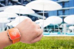 Όργανο ελέγχου app ποσοστού καρδιών στην έξυπνη οθόνη ρολογιών Στοκ Φωτογραφίες