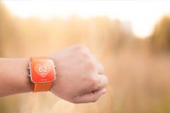 Όργανο ελέγχου app ποσοστού καρδιών στην έξυπνη οθόνη ρολογιών Στοκ Φωτογραφία