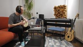 Όργανο τυμπάνων παιχνιδιού μουσικών djembe στο στούντιο εγχώριας μουσικής απόθεμα βίντεο