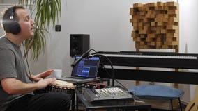 Όργανο τυμπάνων παιχνιδιού μουσικών djembe στο στούντιο εγχώριας μουσικής φιλμ μικρού μήκους