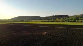όργωμα πεδίων Οργώνοντας τομέας καλλιέργειας γεωργικών τρακτέρ φιλμ μικρού μήκους