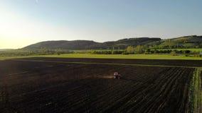 όργωμα πεδίων Οργώνοντας τομέας καλλιέργειας γεωργικών τρακτέρ απόθεμα βίντεο