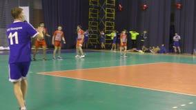 Όρενμπουργκ, Ρωσία - έτος 11-13 Φεβρουαρίου 2018: τα αγόρια παίζουν στο χάντμπολ απόθεμα βίντεο
