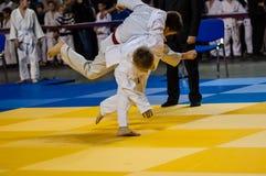 Όρενμπουργκ, Ρωσία - 16 Απριλίου 2016: Τα αγόρια ανταγωνίζονται στο τζούντο Στοκ Φωτογραφία