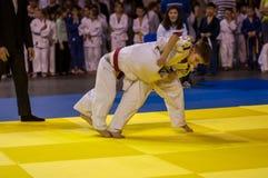 Όρενμπουργκ, Ρωσία - 16 Απριλίου 2016: Τα αγόρια ανταγωνίζονται στο τζούντο Στοκ Φωτογραφίες