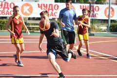 Όρενμπουργκ, Ρωσία - 30 Ιουλίου 2017 έτος: Καλαθοσφαίριση οδών παιχνιδιού κοριτσιών και αγοριών Στοκ Φωτογραφία
