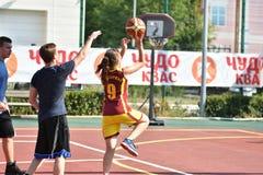 Όρενμπουργκ, Ρωσία - 30 Ιουλίου 2017 έτος: Καλαθοσφαίριση οδών παιχνιδιού κοριτσιών και αγοριών Στοκ Εικόνα