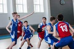 Όρενμπουργκ, Ρωσία - 15 Μαΐου 2015: Τα αγόρια παίζουν την καλαθοσφαίριση Στοκ Φωτογραφίες