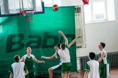 Όρενμπουργκ, Ρωσία - 15 Μαΐου 2015: Τα αγόρια παίζουν την καλαθοσφαίριση Στοκ Εικόνες
