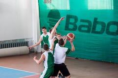 Όρενμπουργκ, Ρωσία - 15 Μαΐου 2015: Τα αγόρια παίζουν την καλαθοσφαίριση Στοκ Φωτογραφία