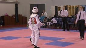 Όρενμπουργκ, Ρωσία - 27 Μαρτίου 2016: Τα αγόρια ανταγωνίζονται στο taekwondo απόθεμα βίντεο