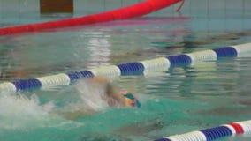 Όρενμπουργκ, Ρωσία - 13 Νοεμβρίου 2016: Τα κορίτσια ανταγωνίζονται στην κολύμβηση φιλμ μικρού μήκους
