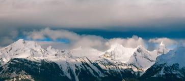 Όρη βουνών τοπίων πανοράματος το χειμώνα Στοκ Εικόνες