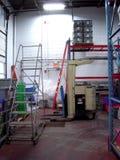 Όρθιο Forklift σε μια αποθήκη εμπορευμάτων Στοκ φωτογραφία με δικαίωμα ελεύθερης χρήσης