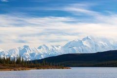 Όρος McKinley από τη λίμνη κατάπληξης Στοκ Φωτογραφία