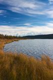 Όρος McKinley από τη λίμνη κατάπληξης Στοκ Εικόνες