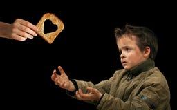 Δόσιμο των τροφίμων στον ενδεή Στοκ Φωτογραφίες
