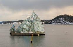 Όσλο, Νορβηγία - κατακάθι 16, 2018: Βρίσκεται, γλυπτό που σχεδιάζεται από τη Μόνικα Bonvicini, που επιπλέει στο ωκεάνιο νερό δίπλ Στοκ Εικόνα