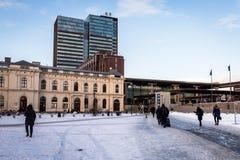 Όσλο, Νορβηγία - 16 Μαρτίου 2018 - κεντρικός σταθμός του Όσλο, ημέρα, άνθρωποι που περπατά, χιόνι στο έδαφος Το κτήριο ταχυδρομεί Στοκ Φωτογραφία
