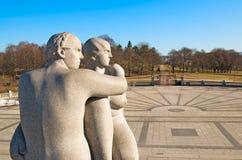 Όσλο Νορβηγία Το πάρκο Vigeland δύο νεολαίες γυναικών Στοκ Φωτογραφίες