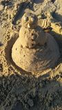Όταν δεν υπάρχει κανένα χιόνι, μπορείτε να τυφλώσετε έναν χιονάνθρωπο από την υγρή άμμο στοκ φωτογραφία με δικαίωμα ελεύθερης χρήσης