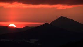 λόφοι πέρα από το ηλιοβασίλεμα Στοκ Εικόνες