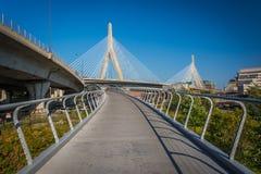 λόφος leonard π αποθηκών γεφυρών της Βοστώνης zakim Αναμνηστική γέφυρα και μια διάβαση πεζών ι Hill αποθηκών Zakim Στοκ Φωτογραφίες