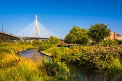λόφος leonard π αποθηκών γεφυρών της Βοστώνης zakim Αναμνηστική γέφυρα Hill αποθηκών Zakim και ένα μικρό cre Στοκ εικόνα με δικαίωμα ελεύθερης χρήσης