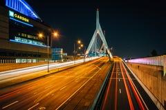 λόφος leonard π αποθηκών γεφυρών της Βοστώνης zakim Αναμνηστική γέφυρα Hill αποθηκών Zakim τη νύχτα, στο BO Στοκ Εικόνες
